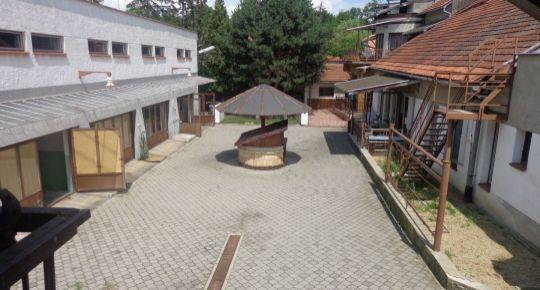 Ponúkame na predaj veľký dom aj s podnikateľskými priestormi v Lučenci časť Opatová.