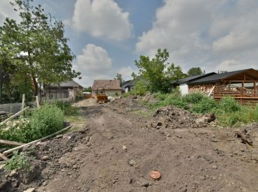 pozemok, 800 m2 – CÍFER: tichá ulica, CENTRUM obce, všetky IS na pozemku, STAVEBNÉ POVOLENIE