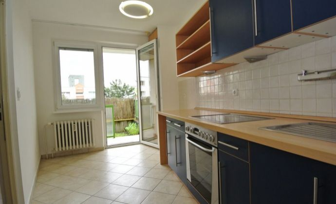Prenájom, priestranný a nezariadený 3-izb. byt (68,5 m2 s loggiou 3,5 m2) s veľkou predzáhradkou (60 m2), ul. Ľudovíta Fullu, Bratislava IV, Dlhé diely