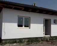 DIAMOND HOME s.r.o  Vám ponúka na predaj 4 izbový rodinný dom typu bungalov (dvojdom)v obci Vrakúň 6,8 km od Dunajskej Stredy.
