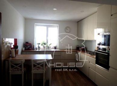 PREDAJ: Veľký 5 izbový rodinný dom s pekným pozemkom