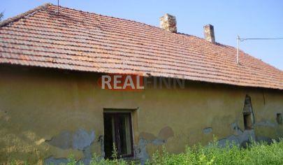 REALFINN  - ŠURANY / 3km /  Starší rodinný dom na predaj s pozemkom 1000 m2 neďaleko Šurian