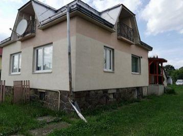 Slnečný zaujímavo riešený rodinný dom v Parchovanoch