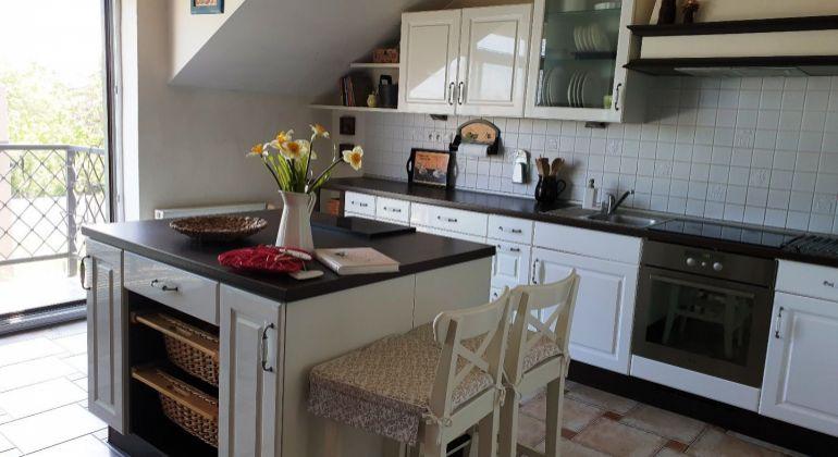 Prenájom - veľmi pekný, zariadený 4-izbový byt v rodinnom dome, garáž, záhrada -  Bratislava-Dorastenecká ul.