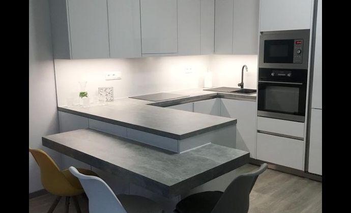 Ponúkame  na prenájom 2 izb zariadený byt v novostavbe na Zlatovskej ulici  v Trenčíne s balkónom a parkovacím miestom priamo pred domom.