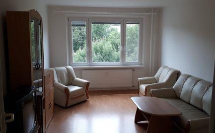 Na predaj priestranný 2-izbový byt v Radvani
