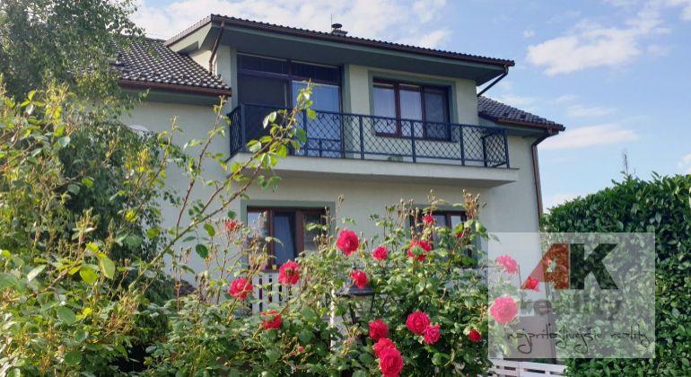 Predaj - pekný, dvojpodlažný rodinný dom s tromi bytovými jednotkami v Bratislave-Vajnory, Dorastenecká ul.