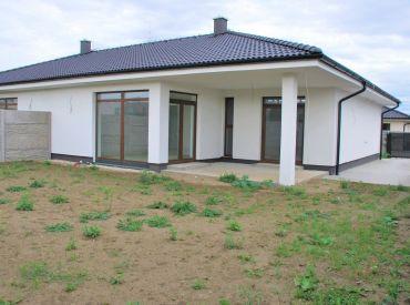 Skolaudovaný, kvalitný 4-izbový bungalov (dvojdom)
