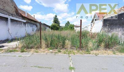 Exkluzívne APEX reality - rovinatý stavebný pozemok kúsok od centra Hlohovca, 505 m2
