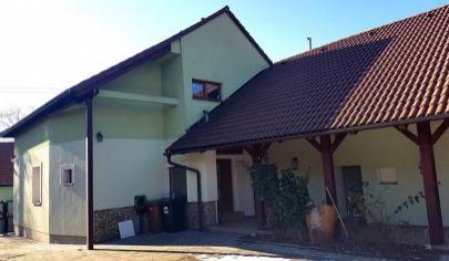 EXKLUZÍVNE na predaj  zrekonštruovaný RD s atmosférou, vínna pivnica, veľký pozemok, centrálna poloha,  Limbach pri Pezinku