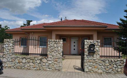 Ponúkame na predaj kvalitne postavený 4 izb. rod. dom s dvojgarážou, altánkom, udiarňou, na tichej a novej ulici v Senci so zastavanou plochou 167m2.