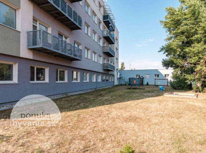 PREDANÉ - PRI STAROM LETISKU, 1-i byt, 34 m2 - TEHLA, kompletná rekonštrukcia, VLASTNÝ DVOR A PARKOVANIE