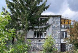 MAĎARSKO - JAZERO RAKACA - 3 IZBOVÁ MUROVANÁ POSCHODOVÁ CHATA PRI JAZERE S TERASOU.