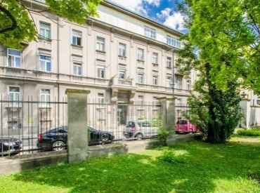 2i byt, 45 m2 – BA – Staré Mesto: zrekonštruovaný, MODERNE ZARIADENÝ byt s dvorom. VEDĽA PREZIDENTSKEJ ZÁHRADY.
