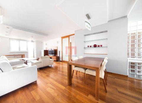 Na predaj 4 izbový byt 114 m2 s balkónom do dvora v úplnom centre mesta na Grosslingovej