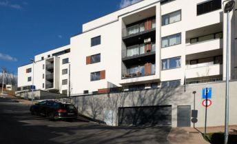Skolaudovaný veľký 1 izbový byt s terasou v štandarde v novostavbe na Kolibe