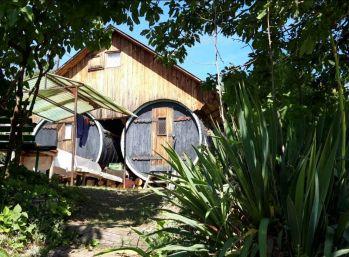 S výhľadom na hory ! Rekreačný pozemok s originálnou chatkou vo Svätom Jure 884 m2