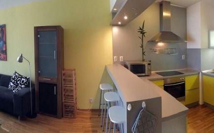 Ponúkame do prenájmu luxusne zariadený, veľký dvojizbový byt na Zadunajskej ceste s klimatizáciou v novostavbe, v blízkosti centra oproti Digital Parku a Auparku.