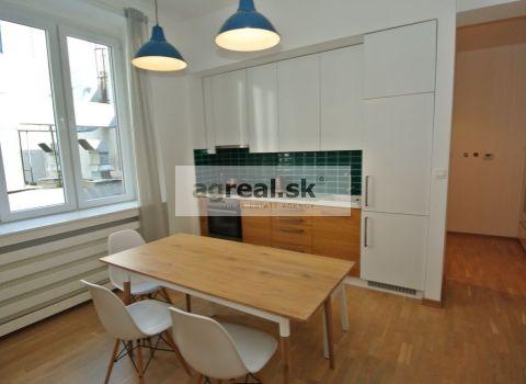 Prenájom, exkluzívny a kompletne zariadený 2 -izb. byt (55 m2) po úplnej rekonštrukcii v centre, situovaný do úplne tichého vnútrobloku, Námestie 1. mája, BA I- Staré Mesto