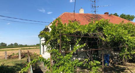 PREDAJ - 4-izbový rodinný dom v pôvodnom stave v obci Tôň