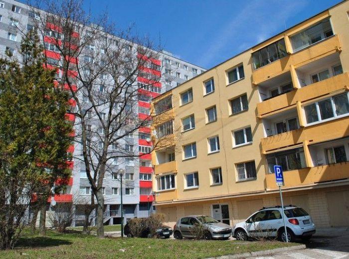 PREDANÉ - UŠIAKOVÁ – DÚBRAVKA, 4-i byt, 82 m2 - 4-podlažná bytovka, zasklená loggia, pivnica, TICHÁ, PRÍJEMNÁ LOKALITA