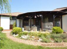 Mosonmagyaróváron luxus családi ház eladó 750 m2 telken, duplagarázs, medence