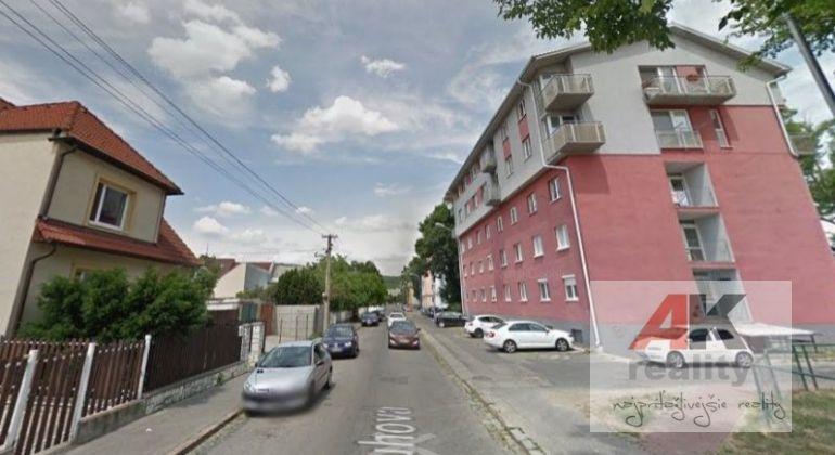 Predaj dvojgarsónka Bratislava-Nové Mesto, Pluhová ulica
