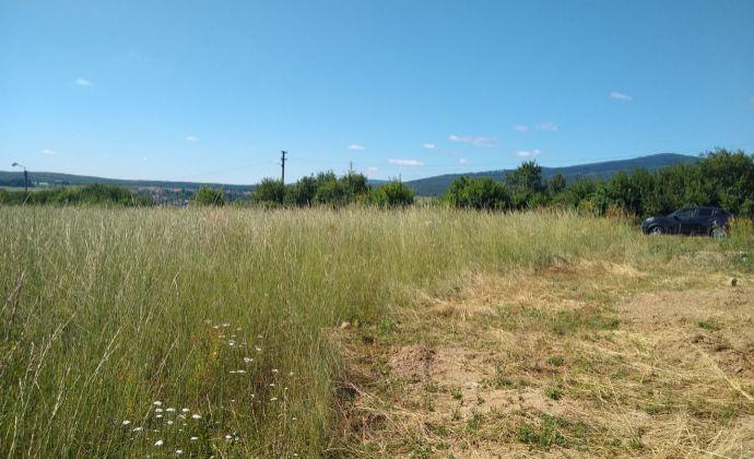 Na predaj slnečný pozemok s krásnym výhľadom na výstavbu rodinného domu v Tren. Miticiach.