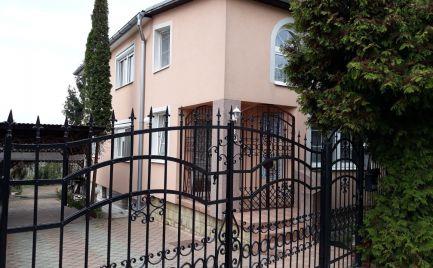 Predaj priestrannej 6 izbovej vily s vinohradom priamo v meste Levice