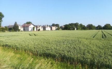 Na predaj 9 a 10,5 árovy pozemok v Parchovanoch