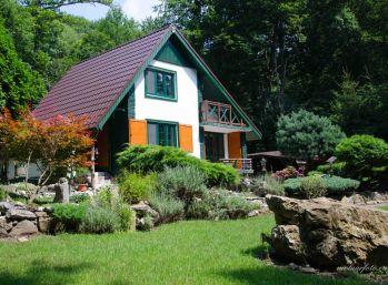 Útulná 3-podlažná celoročne obývateľná chata v provensálskom štýle, s altánkom, garážou krbom