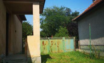 Veľkolepý pozemok s výmerou 3350m2 so starším RD v obci Nemčice!