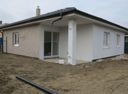 BUNGALOV 4 - IZBOVÝ 103,84 M2, POZEMOK 478 M2 / 11 KM OD TN.