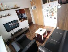 NA PREDAJ zrekonštruovaný 3 izbový byt vo vyhľadávanej lokalite, ulica MEDVEĎOVEJ, začiatok PETRŽALKY.