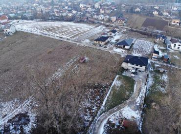 Predaj rovinatého pozemku v obci Podhorie o výmere  650 m2 / š.17 m/  38 250 Eur