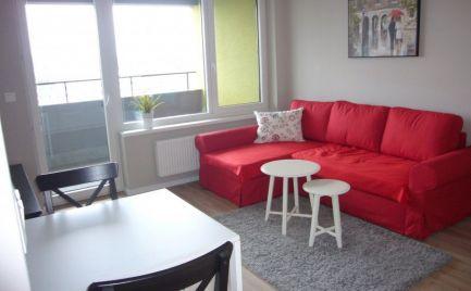 Ponúkame na prenájom kompletne zariadený 2-izbový byt s parkovacím miestom na Ružinovskej ulici v novostavbe Cityhouse Ružinov.