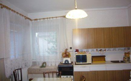 Ponúkame na predaj 4,5-izbový rodinný dom s veľkým pozemkom ( 2611m2 ) v obci Nový Život, časť Tonkovce 30km od BA.