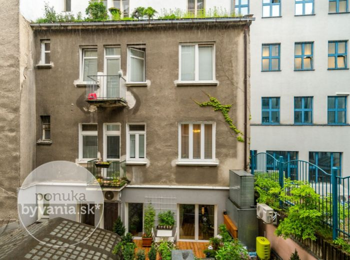 PREDANÉ - OBCHODNÁ, 2-i byt, 45 m2 - REKONŠTRUKCIA, do DVORA, ihneď voľný, BALKÓN, pivnica, výťah