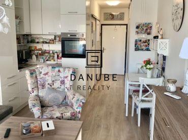 Predaj zariadený 1-izbový byt na prízemí, Slnečnice zóna Viladomy, Petržalka.
