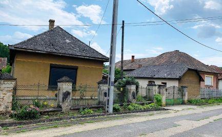 MAĎARSKO - ALSÓTELEKES RODINNÝ DOM  S HOSPODÁRSKOU BUDOVOU, GARÁŽ, VÍNNA PIVNICA, POZEMOK 2000 M2.