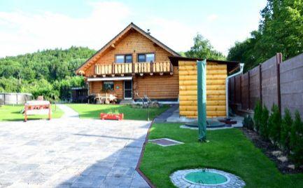 DMPD real Vám ponúka na predaj luxusný kompletne zariadený slovenský zrub v  Prievidzi časť Hradec s pozemkom o rozlohe 1248m2.