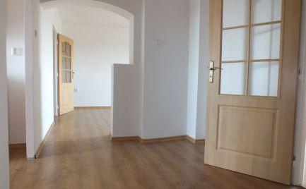 Trojizbový byt s garážou v tichej časti Nových Zámkov