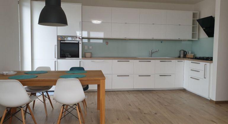 Prenájom - krásny, zariadený 2-izbový byt v novostavbe s parkovacím miestom v cene, vyhľadávaná lokalita, Bratislava-Dúbravka, ul. Martina Granca