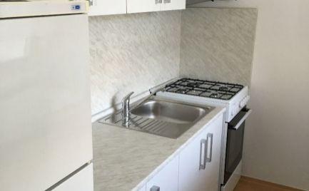 Ponúkame na prenájom pekný 1-izbový byt s veľkou lodžiou a garážou na Bošániho ulici v Bratislave, Dúbravka.