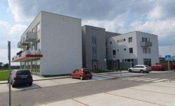 Priestranný 4 izbový byt s dvomi balkónmi a parkovaním v novostavbe Malý Raj