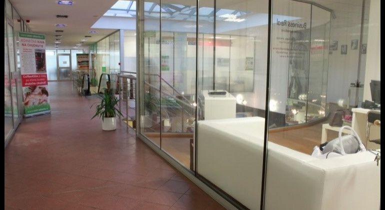 Ponúkame do prenájmu administratívno- obchodný priestor v nákupnej pasáži LUXOR v centre Starého mesta