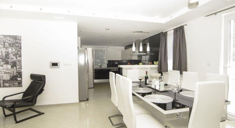 Prenájom priestranného a elegantného 3-izbového bytu s podkrovím