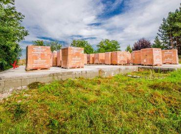 Pozemok, 1403m2 – Lehnice – Malý Lég, SO STAVEBNÝM POVOLENÍM, základovou doskou a stavebným materiálom.