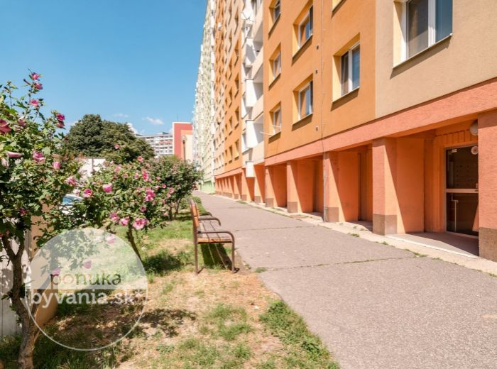 NÁM. HRANIČIAROV, 2-i byt, 55 m2 - RÝCHLE SPOJENIE s celým mestom, PRIESTRANNÉ NEPRIECHODNÉ izby