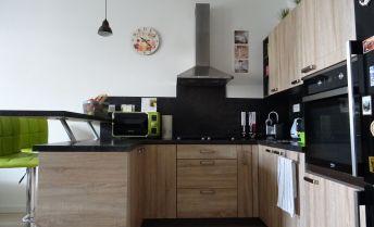 Ponúkame na predaj 2 izbový byt v novostavbe, zariadený, s terasou a státím v Dunajskej Lužnej